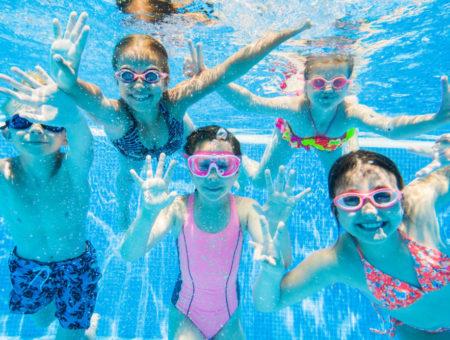 Dzieci w basenie – jak zadbać o ich bezpieczeństwo?