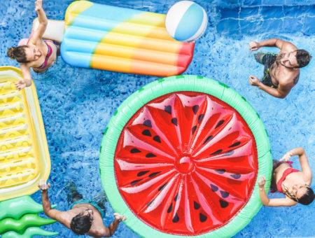 Patenty na imprezę nad basenem – co zaoferować gościom?