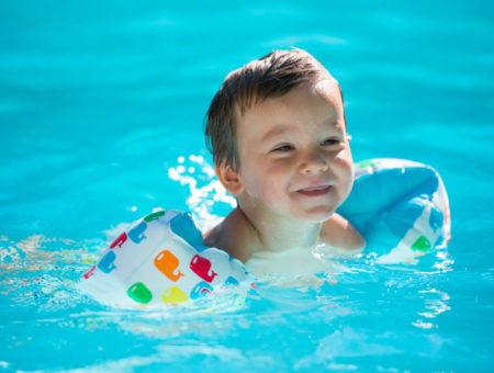 Dziecko w basenie – jak urozmaicić mu rozrywkę? Zabawki, akcesoria, ćwiczenia